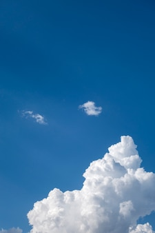 Ciel bleu avec des nuages blancs pour le fond