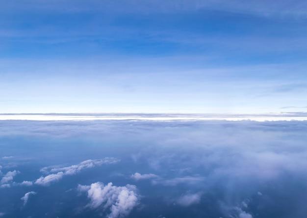 Ciel bleu avec des nuages blancs. vue de dessus de l'avion.