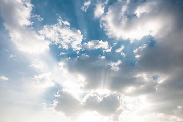Ciel bleu et nuages blancs.