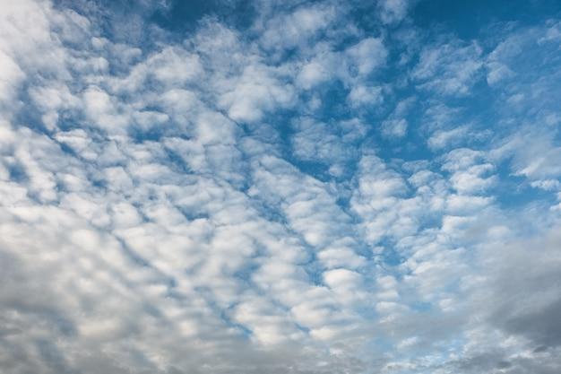 Ciel bleu avec des nuages de cirrocumulus