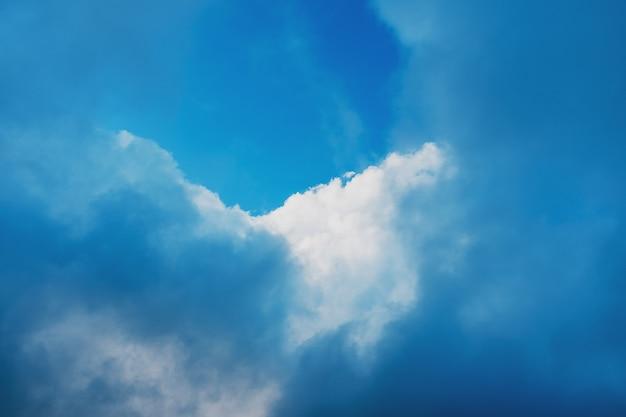 Ciel bleu avec nuages cumulus, ciel du soir