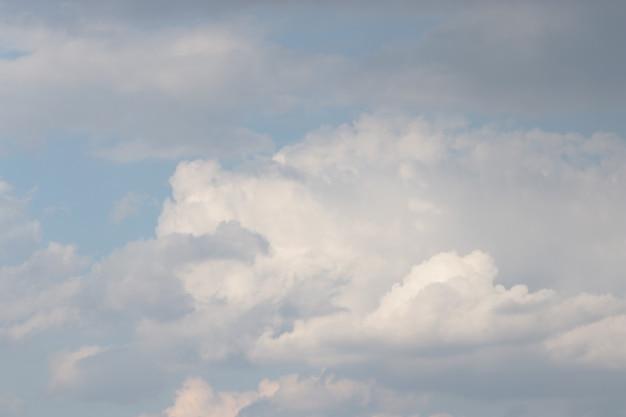 Ciel bleu et nuages duveteux journée ensoleillée beau ciel avec nuages duveteux