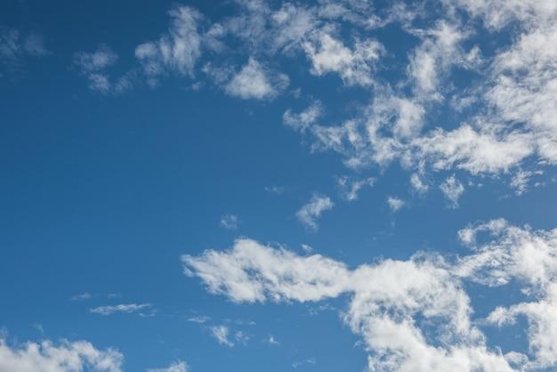 Ciel bleu avec nuages heure du coucher du soleil