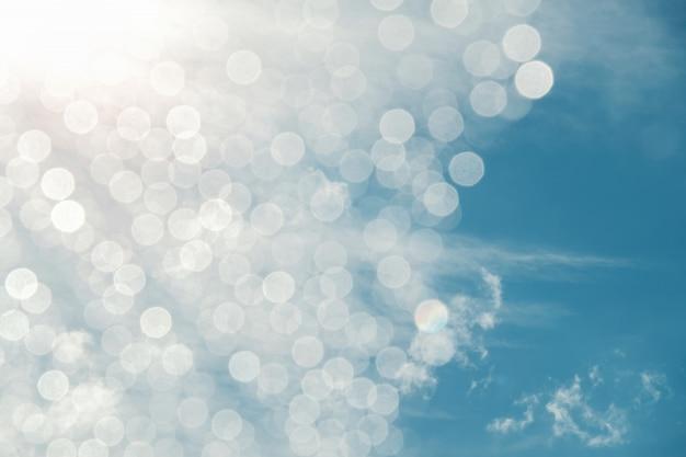 Ciel bleu et nuages sur une journée ensoleillée avec bokeh et flair lighting