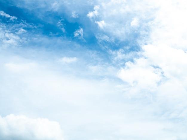 Ciel bleu avec nuages le matin pour ajouter du texte ci-dessus