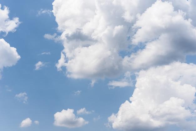 Ciel bleu avec des nuages moelleux