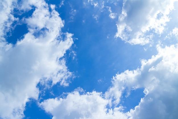 Ciel bleu et nuages par beau temps