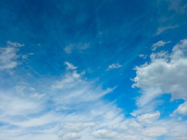 Ciel bleu avec des nuages avec place pour votre texte