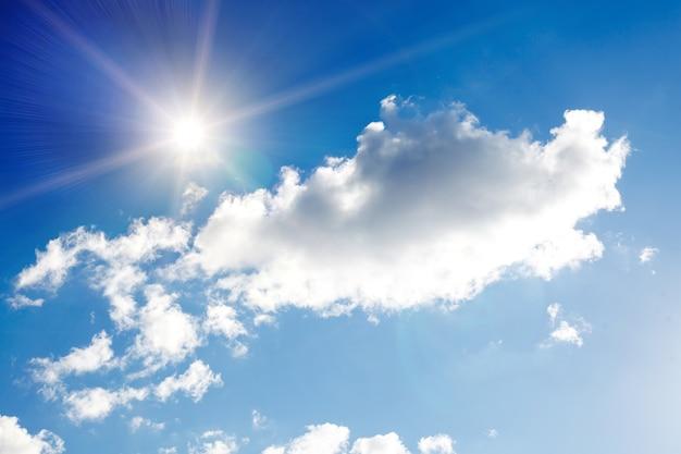 Ciel bleu avec nuages et soleil éclatant. photo de haute qualité