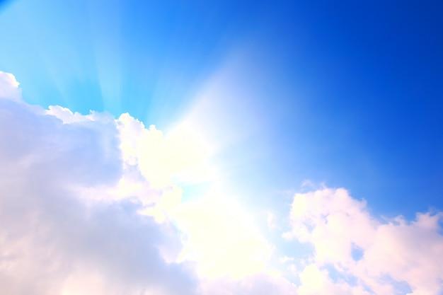 Ciel bleu avec nuages et soleil