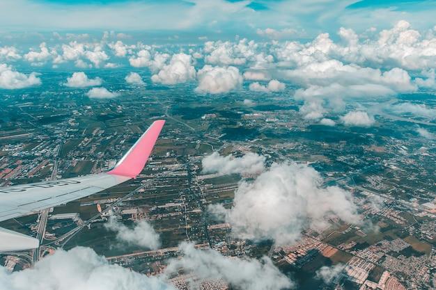 Ciel bleu avec les nuages de la vue en avion