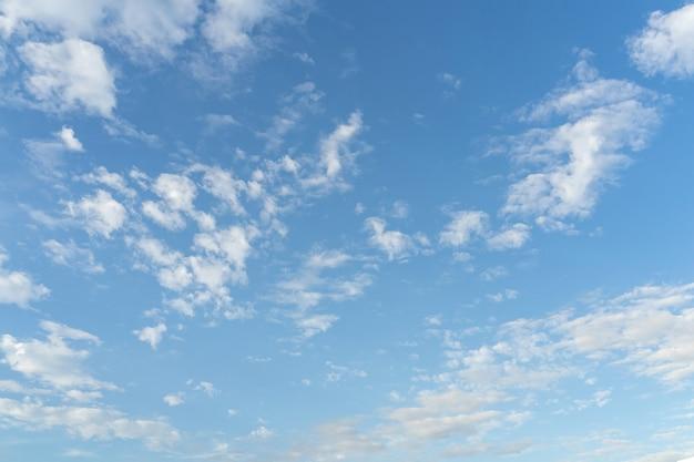 Ciel bleu et nuages avec zone d'espace de copie.
