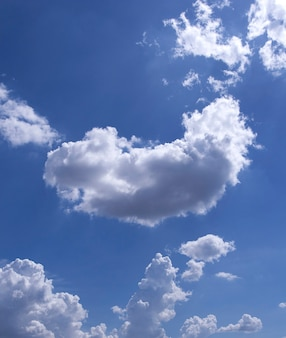 Le ciel bleu et les nuages
