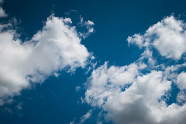 Ciel bleu avec des nuages.