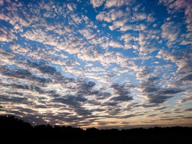 Ciel bleu nuageux et le lever du soleil