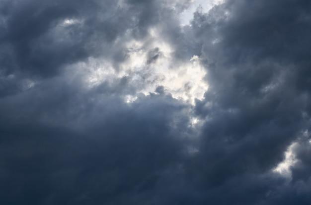 Ciel bleu d'orage en été