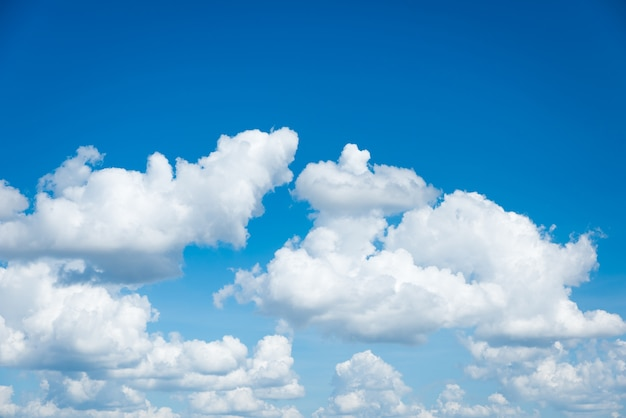 Ciel bleu et paysage de nuages blancs