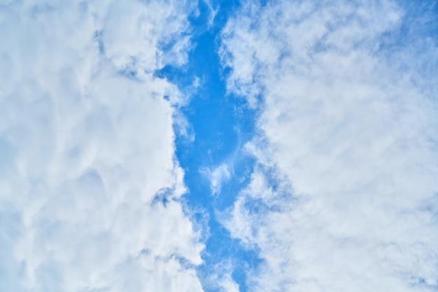 Ciel bleu pelucheux saison météo