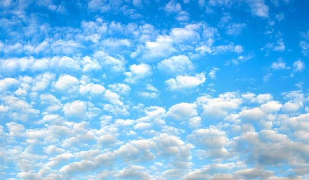 Ciel bleu avec de petits nuages