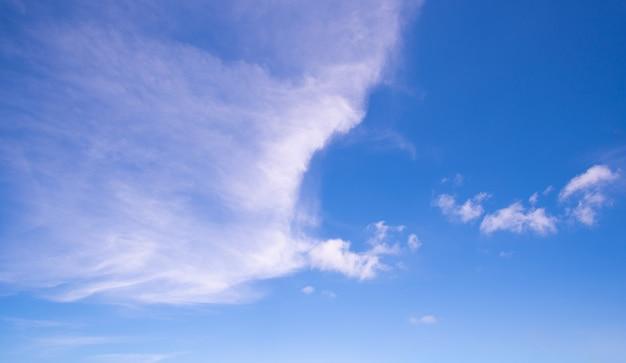 Ciel bleu plein cadre avec nuages dans la mer