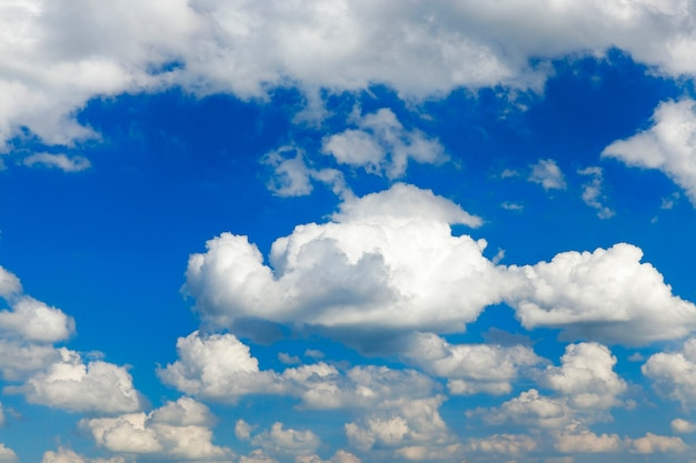 Ciel bleu, qui sont des cumulus flottants d'un blanc éclatant. photo prise en gros plan.