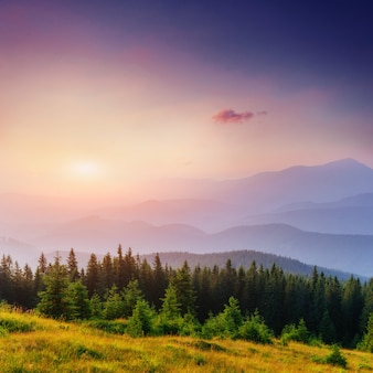 Ciel coloré au coucher du soleil dans les montagnes. nuage de cumulus fantastique