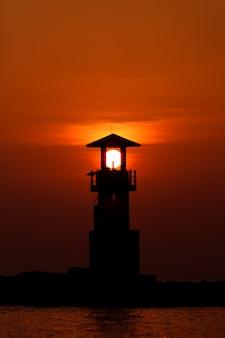 Ciel coloré au coucher du soleil derrière le phare