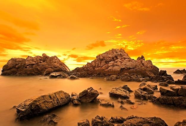 Ciel coloré au coucher du soleil et rochers
