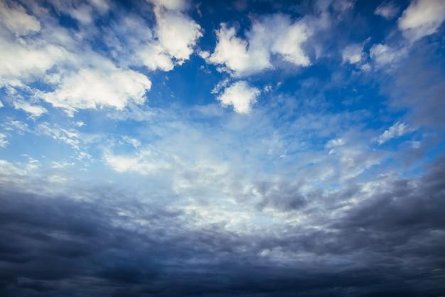 Ciel Coloré Avec Fond De Soleil Dans Les Montagnes. Coucher De Soleil, Lever De Soleil Photo gratuit