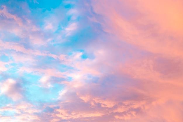 Ciel coloré avec des nuages au coucher du soleil