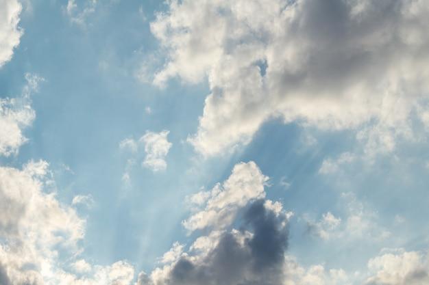 Ciel coloré pittoresque dramatique avec des nuages et des rayons de soleil pittoresques en plumes avant le coucher du soleil
