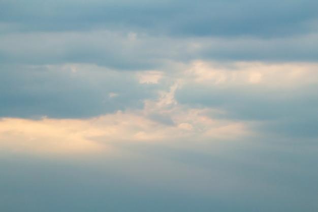 Ciel coloré pittoresque spectaculaire avec des nuages et des rayons de soleil pittoresques avant le coucher du soleil
