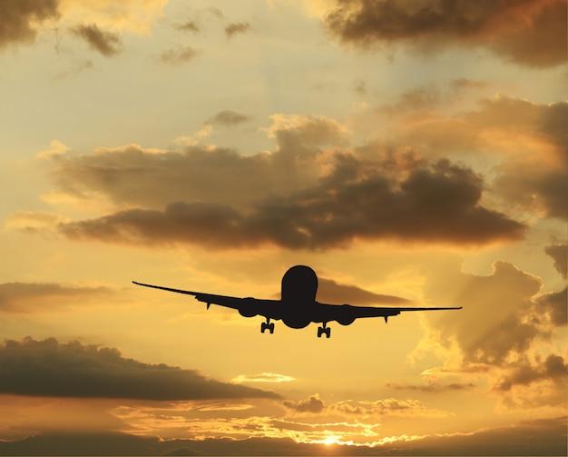 Ciel coloré rare au coucher du soleil et avion qui décolle