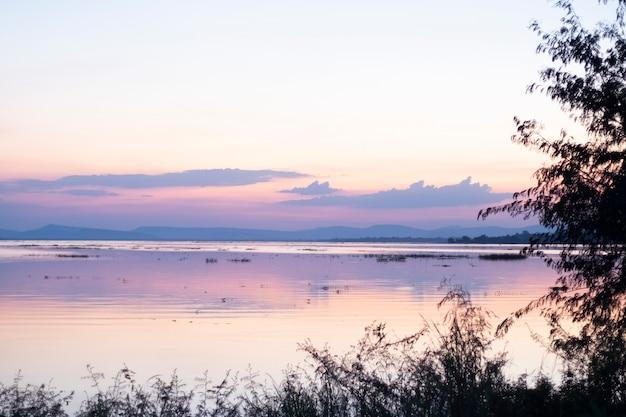 Ciel coloré vanille et reflet du lac avec des montagnes