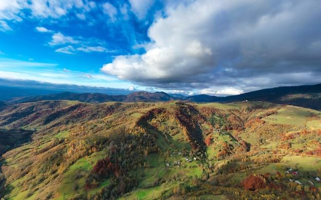 Ciel avec couche blanche et moelleuse de nuages sur les collines d'automne vertes