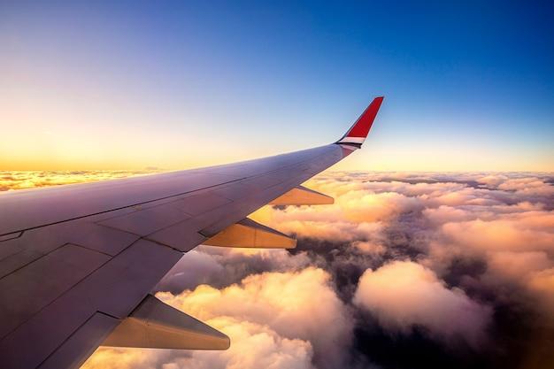 Ciel de coucher du soleil sur le siège de fenêtre d'avion d'avion sur paris france europe pour les voyages et voyages d'affaires