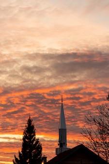 Ciel coucher de soleil avec arbres et bâtiment