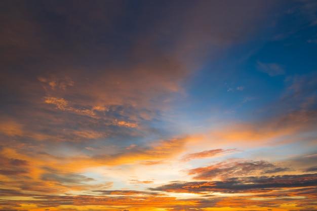 Ciel coucher de soleil de belle couleur pour la conception web en arrière-plan ou en fond