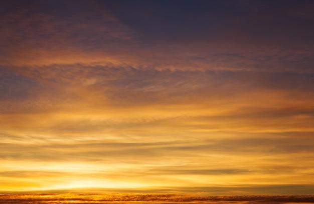 Ciel coucher de soleil coloré orange ardent. beau ciel.