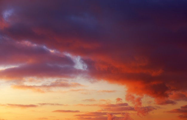 Ciel coucher de soleil coloré orange ardent comme toile de fond