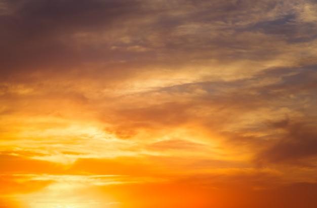 Ciel coucher de soleil coloré orange ardent.