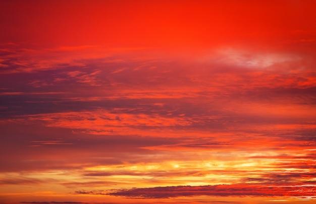 Ciel de coucher de soleil de couleurs orange vif, rouge et jaune. fond de ciel coucher de soleil apocalyptique