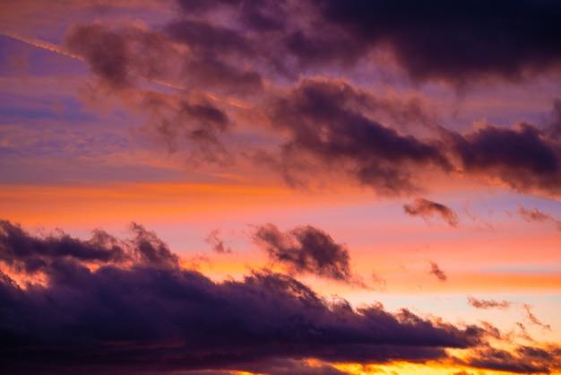 Ciel coucher de soleil dramatique au crépuscule coloré