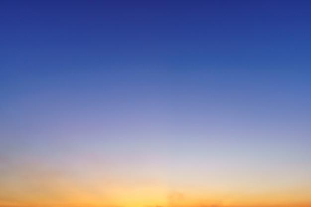 Ciel de coucher de soleil dramatique bleu lumineux dans la campagne ou la plage fond d'air de texture cloudscape coloré.
