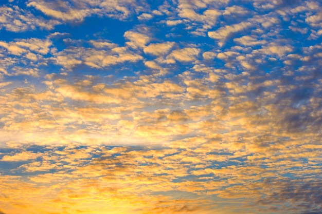 Ciel coucher de soleil dramatique avec nuages ardents, couleurs jaunes, oranges et roses