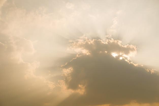Ciel coucher de soleil dramatique avec des nuages