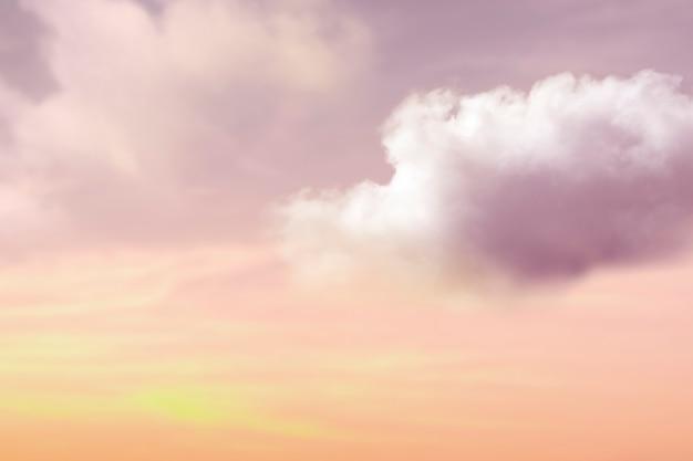 Ciel coucher de soleil avec fond de nuages