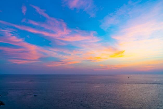 Ciel coucher de soleil magnifique crépuscule avec mer et océan