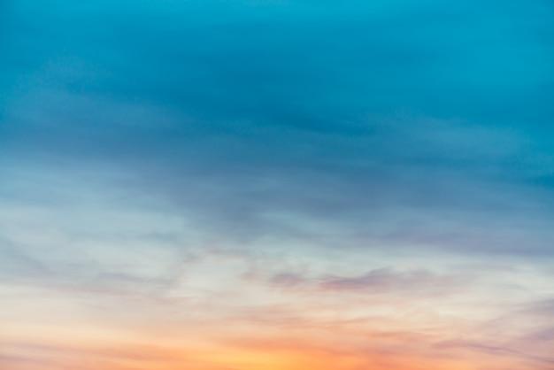 Ciel coucher de soleil avec des nuages de lumière jaune violet. dégradé de ciel bleu lisse coloré. fond naturel du lever du soleil. paradis incroyable le matin. ambiance légèrement nuageuse en soirée. beau temps à l'aube.