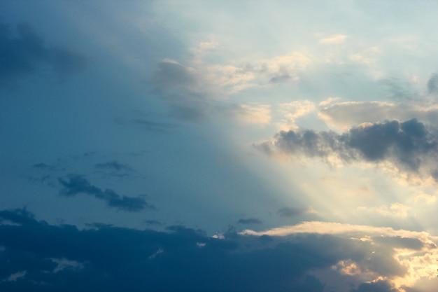 Ciel coucher de soleil avec des nuages